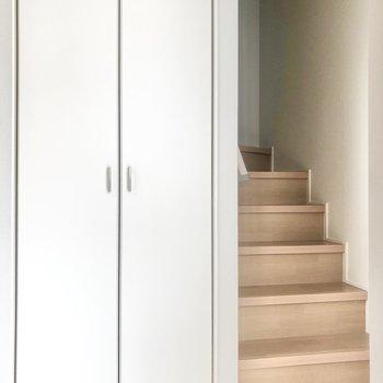 玄関を開けると……まずは階段の登場!