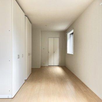 【洋室約7帖】写真はお部屋を仕切る前の様子、ここが2つの洋室になる予定。