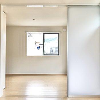 【リビング】お隣の洋室とはスライド式のこの扉から行き来できます。