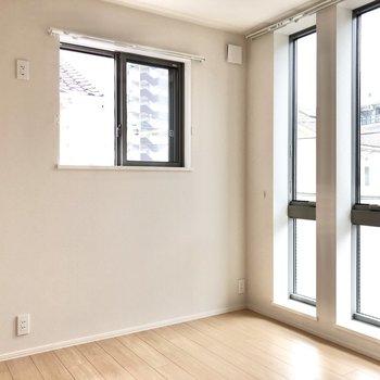 【洋室 約4.5帖】窓は2箇所、カーテンもサイズを変えて2つ必要ですね。