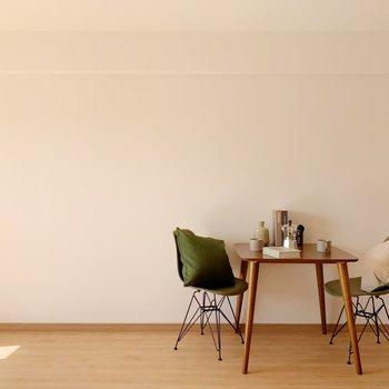 LDK部分は、カラフルな家具も映えるナチュラルなデザイン。