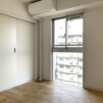 寝室にも窓があるので採光も風通しもGood!