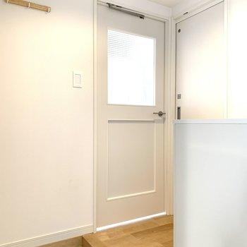 玄関は白の陶器タイル。帰宅時が楽しみ〜!