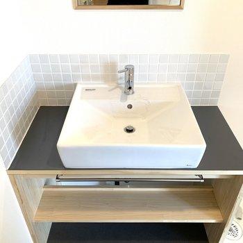洗面台は四角のタイプ。毎朝の支度が楽しみ。