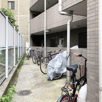 駐輪場は敷地の少し奥まったところに。