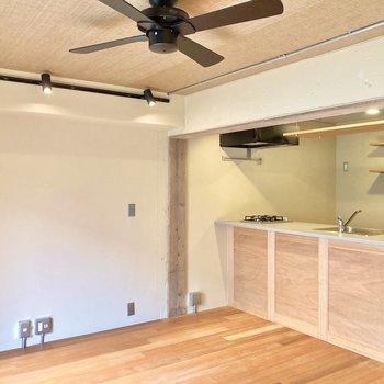 天井はファブリック調のクロスが施されていてお部屋全体が落ち着いた雰囲気に。