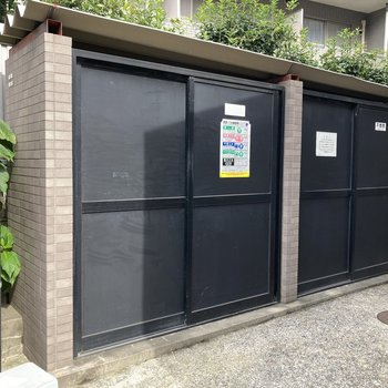 扉付きの専用ごみ置き場があります。