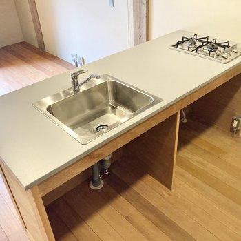 2口のガスコンロとゆったりとした調理スペースで機能性も充実。