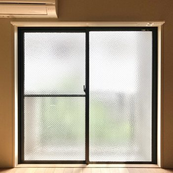 窓はカスミガラスになっているので、光をお部屋に取り込みながらプライバシーも守れます。