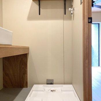 洗濯機置き場上にも棚があります。