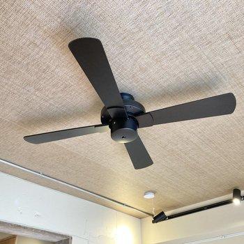 天井にはファンがついています。