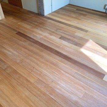 床は風合い豊かな無垢材を使用しています。