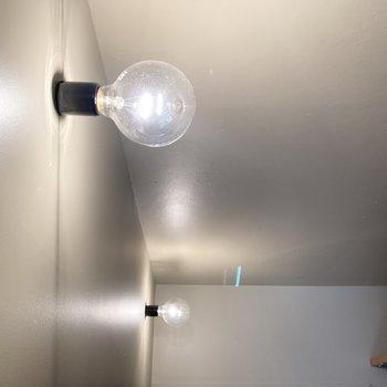 剥き出しのフィラメント電球が素敵。