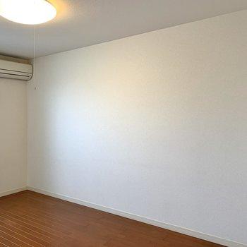 テレビを置くならこちらの壁側でしょうか。