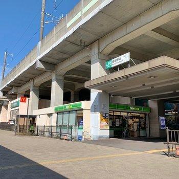 駅前は落ち着いた印象。高架下にスーパーやコンビニがありましたよ。