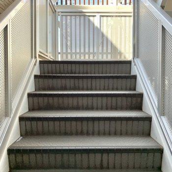 お部屋までは階段。大きな荷物の際は幅のご確認を!