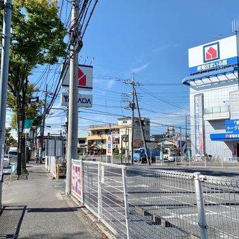 バス停周辺には本屋さん、家電量販店まで!