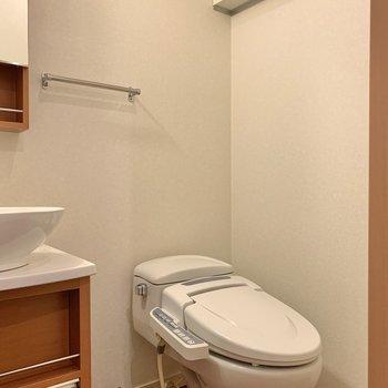 お隣にはトイレ。上部棚には予備のトイレットペーパーなどを。