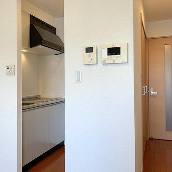 奥まった場所にはキッチンと収納。