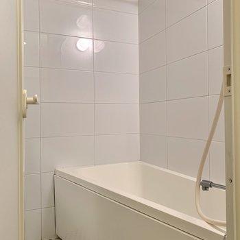 床の柄が特徴的なバスルーム。乾燥機付きですよ。
