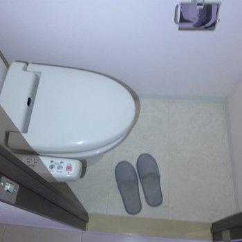 トイレは嬉しいウォシュレット付き。(※写真は4階の同間取り別部屋、モデルルームのものです)