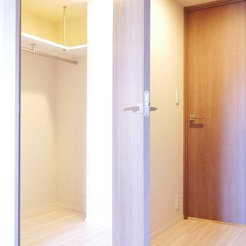 こちらの扉の中はウォークインクローゼット!(※写真は4階の反転間取り別部屋のものです)