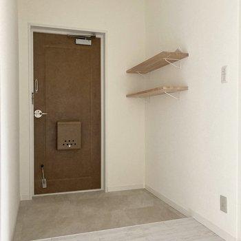 ひろ〜い玄関!2人並んで靴を履けますね。