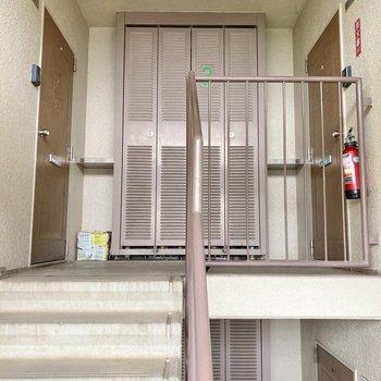 3階までは階段をお使いください。