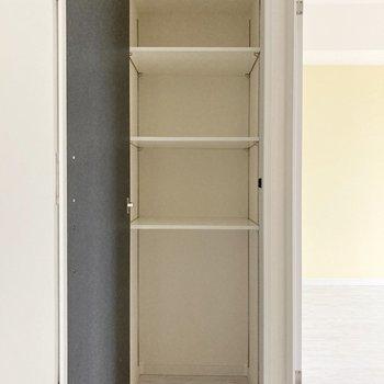 玄関スペースに可動式の収納がありますよ。