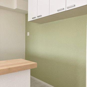 【LDK】キッチンスペースには食器などをしまえる収納もありますよ。
