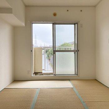 【和室】畳に日が当たって明るい印象に。