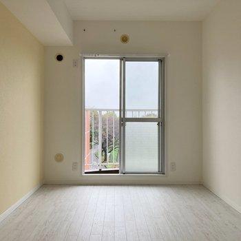 【6帖】窓が縦に長く、開放的に感じられますよ。