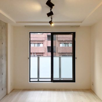 その先に洋室。窓も黒枠でかっこいい。