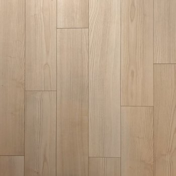 床は木目がはっきりと。ナチュラルな家具も合わせやすい。