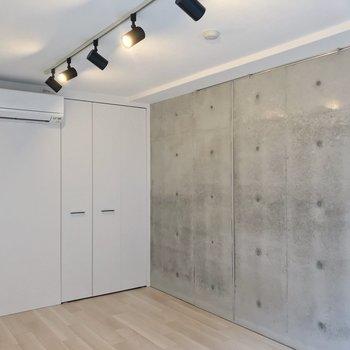 クローゼットの扉も白。シンプルなのがいいですね。