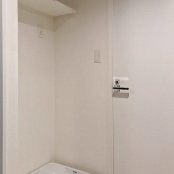 洗濯機置場の上には棚もあります。