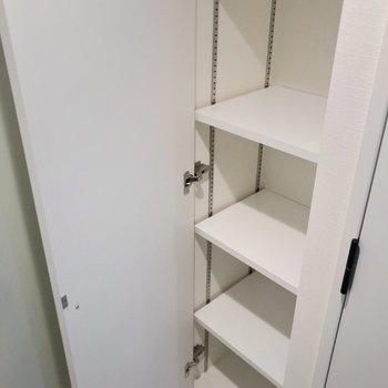 シューズボックスは可動棚。ブーツも収納しやすいです。