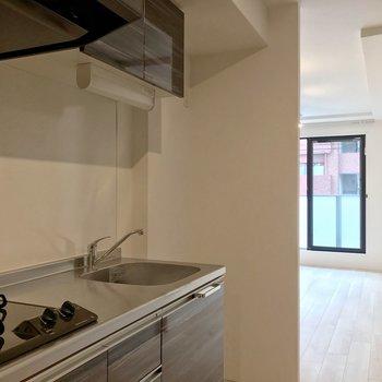キッチン側から洋室を見た景色。テレビを横目に見ながら洗い物できそう。