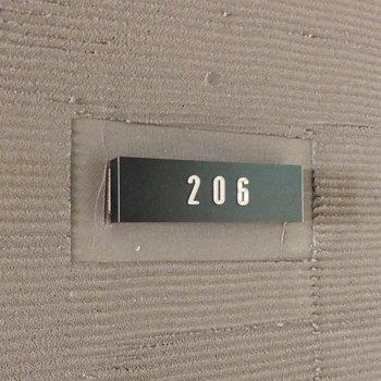 部屋番号のプレートもおしゃれ。