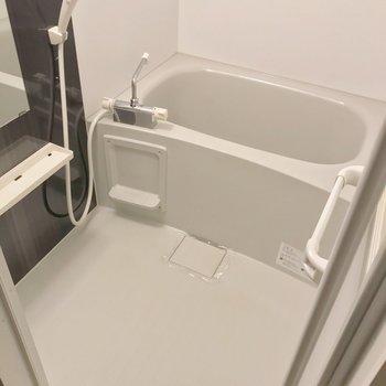お風呂にはサーモ水栓。隙間が少なくてお掃除も簡単。
