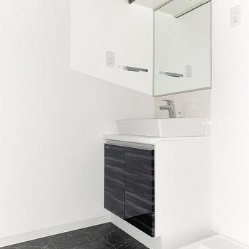 キッチンと同じデザインの独立洗面台※写真は通電前・一部フラッシュ撮影をしています