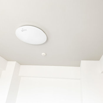【洋室】天井はグレーのアクセントクロスです