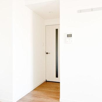 【洋室】ドアの中央はガラスになっています