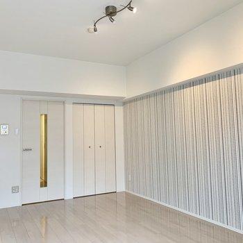証明と壁紙の雰囲気が、マッチしていて、お部屋づくりは晴れ模様