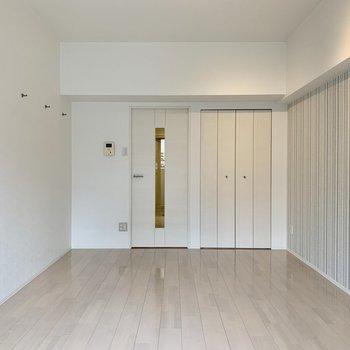 真っ白なお部屋にワンポイントの壁紙のデザインがアクセント
