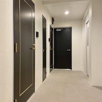 エレベーターからすぐのお部屋。