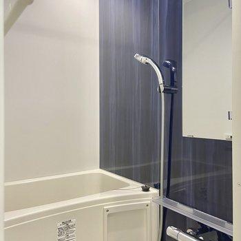ロイヤルブルーが目を引く浴室。浴室乾燥機つきですよ。