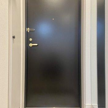 玄関はスッキリ、シンプル。