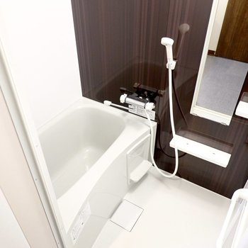 とっても安らげそうな雰囲気のお風呂は、雨の日に嬉しい浴室乾燥機付き◎