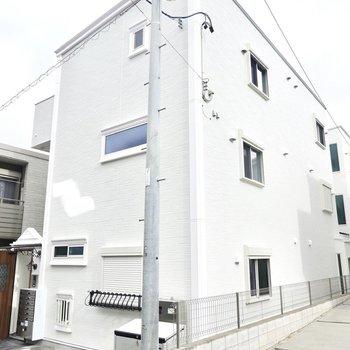 真っ白な外壁が眩しい、できたばかりの木造アパートです。